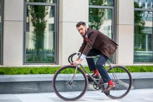 uomo d'affari bello e la sua bicicletta foto
