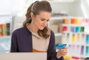 Ritratto di felice stilista fare shopping online foto