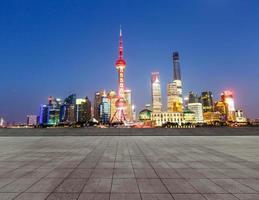 la piazza di fronte al moderno edificio di shanghai foto