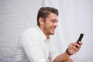 uomo d'affari tramite cellulare foto
