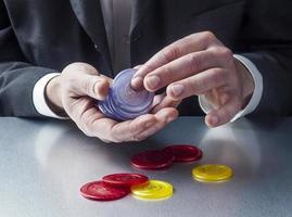 imprenditore maschio che gioca per sfida e rischio foto