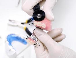 faccette, protesi dentarie, ponti - protesista al lavoro foto