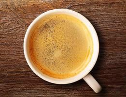 tazza di caffè espresso fresco sul tavolo foto
