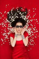 ragazza con gli occhiali del cinema 3d e popcorn guardando un film foto