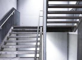 scala in acciaio con parete in beton foto