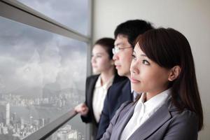 squadra di affari guarda la città attraverso la finestra foto