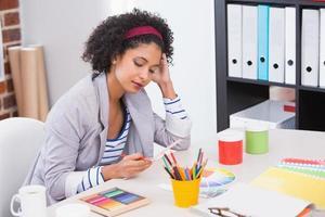 interior designer guardando la ruota dei colori foto