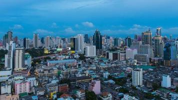 tempo di penombra dell'orizzonte della città del centro di Bangkok