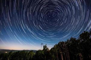 tracce di stelle attorno alla stella del nord foto