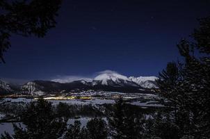 notte di montagna rocciosa foto