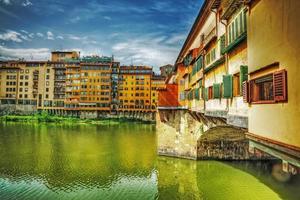 ponte vecchio visto dalla banca dell'Arno foto