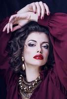 donna bruna ricca di bellezza con molti gioielli, ispanica