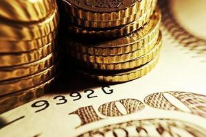 monete in euro e sfondo delle banconote del dollaro americano. foto