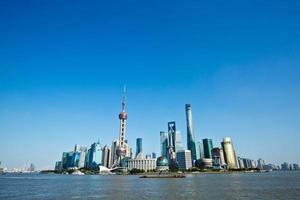 bellissimo paesaggio urbano di shanghai sotto il cielo blu foto