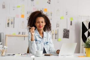 imprenditrice nel suo posto di lavoro foto