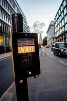 strade del centro di Londra con la luce del passaggio pedonale
