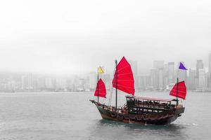 junkboat nella città di Hong Kong foto
