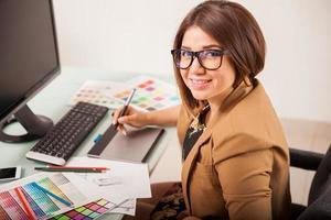 donna che fa qualche lavoro di progettazione foto