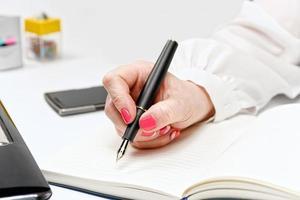 primo piano della mano femminile con laptop, smartphone e notebook foto