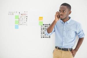 concentrato casual uomo d'affari al telefono foto