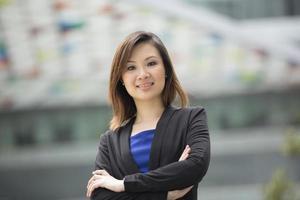 donna di affari asiatica che sta fuori. foto