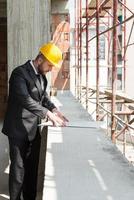 giovane operaio edile con progetto foto
