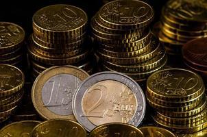 concetto di finanza del primo piano della moneta da due euro foto
