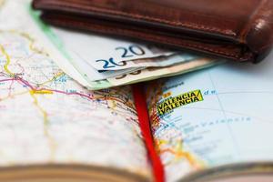 banconote in euro all'interno del portafoglio su una mappa geografica di valencia foto