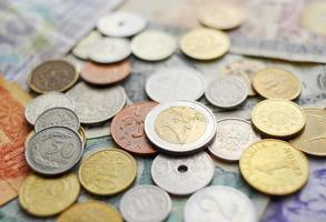 raccolta di molte monete e banconote diverse. foto