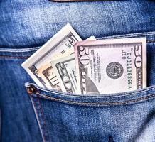 dollari in una tasca dei jeans, primo piano foto