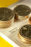 assegno e monete foto