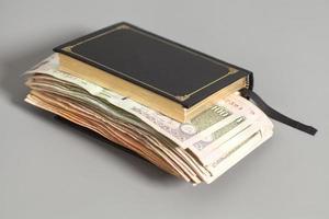 libro con banconote della rupia di valuta indiana foto