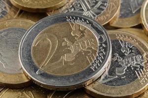 stretta di una moneta da 2 euro foto
