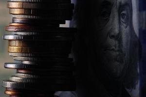 pile di monete concetto dollari euro dollaro tasso di cambio economia foto