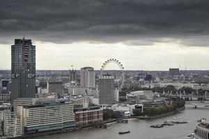 vista aerea della città di Londra sullo skyline con cielo drammatico foto
