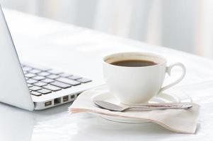 tazza di caffè e laptop per le imprese foto