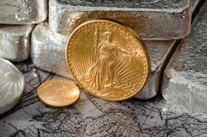 noi moneta d'aquila d'oro saint-gaudens e lingotti d'argento foto