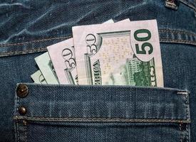 dollari americani nella tasca posteriore dei jeans