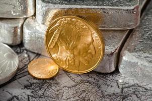 moneta di bufalo d'oro degli Stati Uniti con lingotti d'argento e mappa foto
