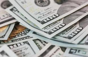 le banconote in dollari del fondo si chiudono su foto