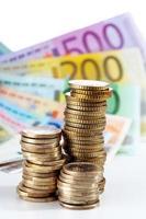 mucchio di monete in euro su banconote in euro foto