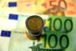 Close up di varie banconote e monete, diversi paesi foto