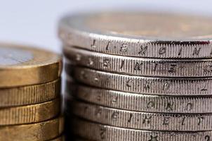 monete in euro su uno sfondo bianco foto