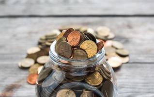 monete piene in bottiglia foto