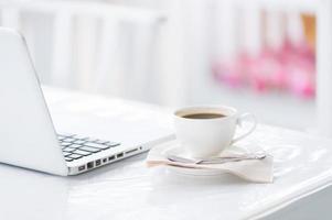 tazza di caffè e laptop per le imprese