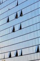facciata in vetro con finestre aperte foto