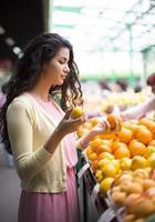 giovane donna al mercato foto