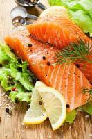 delizioso filetto di salmone, ricco di olio omega 3 foto