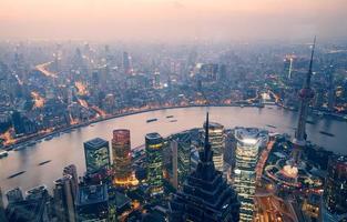 con vista su shanghai di notte foto