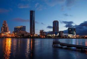 terrapieno Ekaterinburg sera d'estate nuvoloso foto
